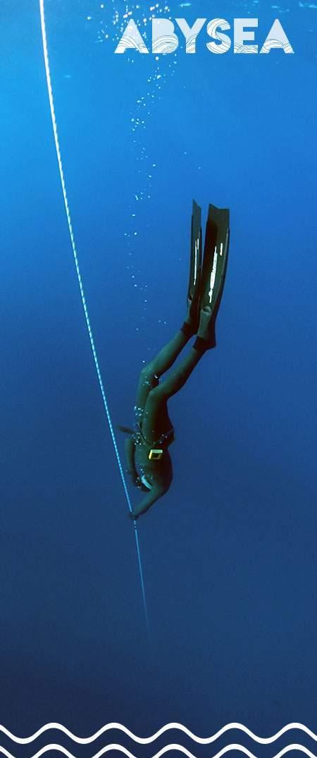 Photographie d'un plongeur apnéiste descendant le long de la ligne de bouée